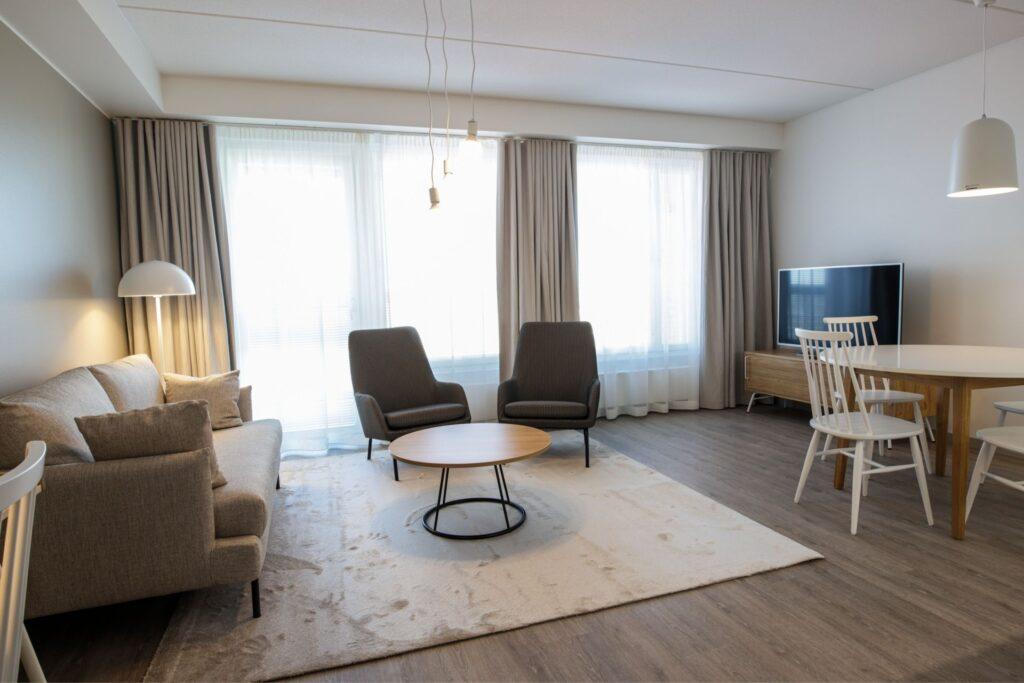 Espoon Hotel Mattsin viihtyisässä kolmio avara olohuone ja ruokatila.