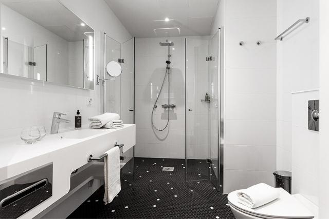 Tilava kylpyhuone Espoon Hotel Mattsin Junior Sviitissä, joka on myös esteetön.