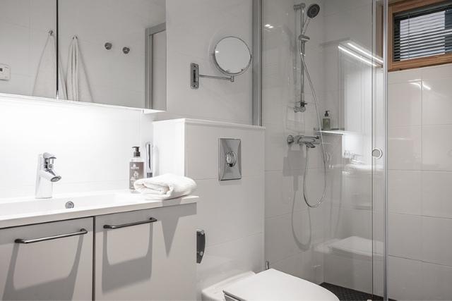 Hotel Mattsin huoneistohotellin tyylikäs ja valoisa kylpyhuone Espoon Matinkylässä.
