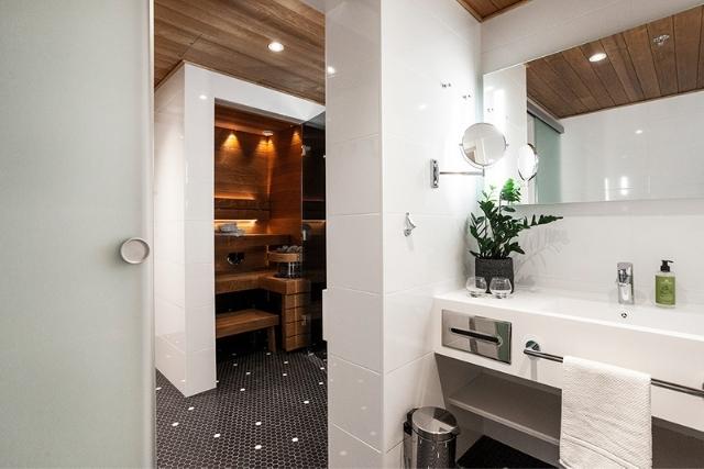 Espoon Hotel Mattsin sviitin valoisassa ja tilavassa kylpyhuoneessa on oma sauna.