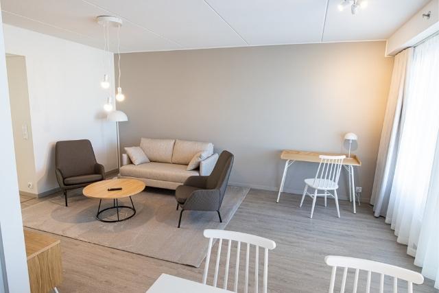 Viihtyisä olohuone huoneistohotellin neljän huoneen huoneistossa Hotel Mattsissa Espoossa.