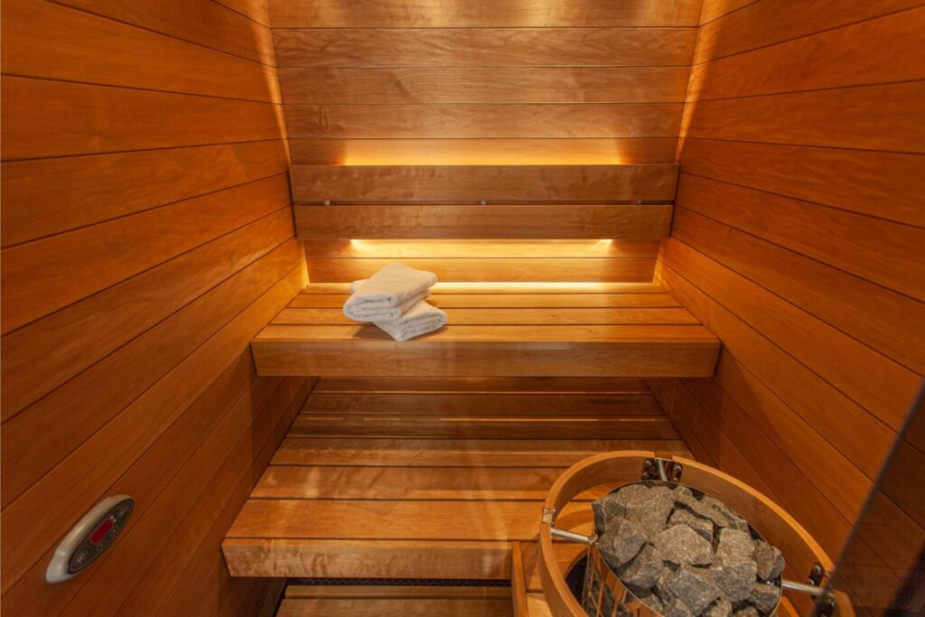 Hotel Mattsin sviitin sauna kutsuu rentoutumaan Espoossa vietetyn päivän päätteeksi.