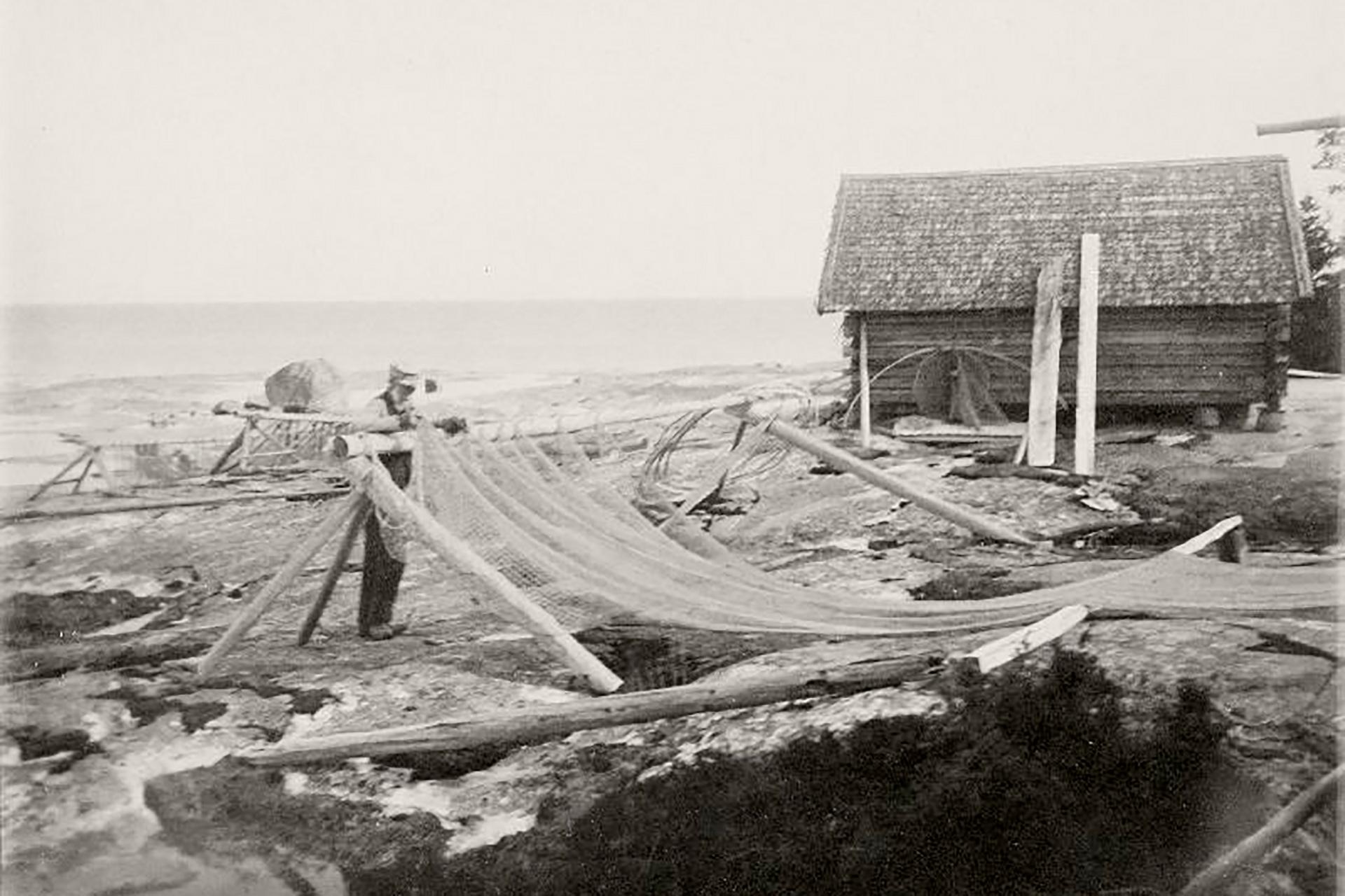 Mustavalkoinen kuva kalastajasta Matinkylän rannassa, jonka läheisyydessä Hotel Matts sijaitsee.