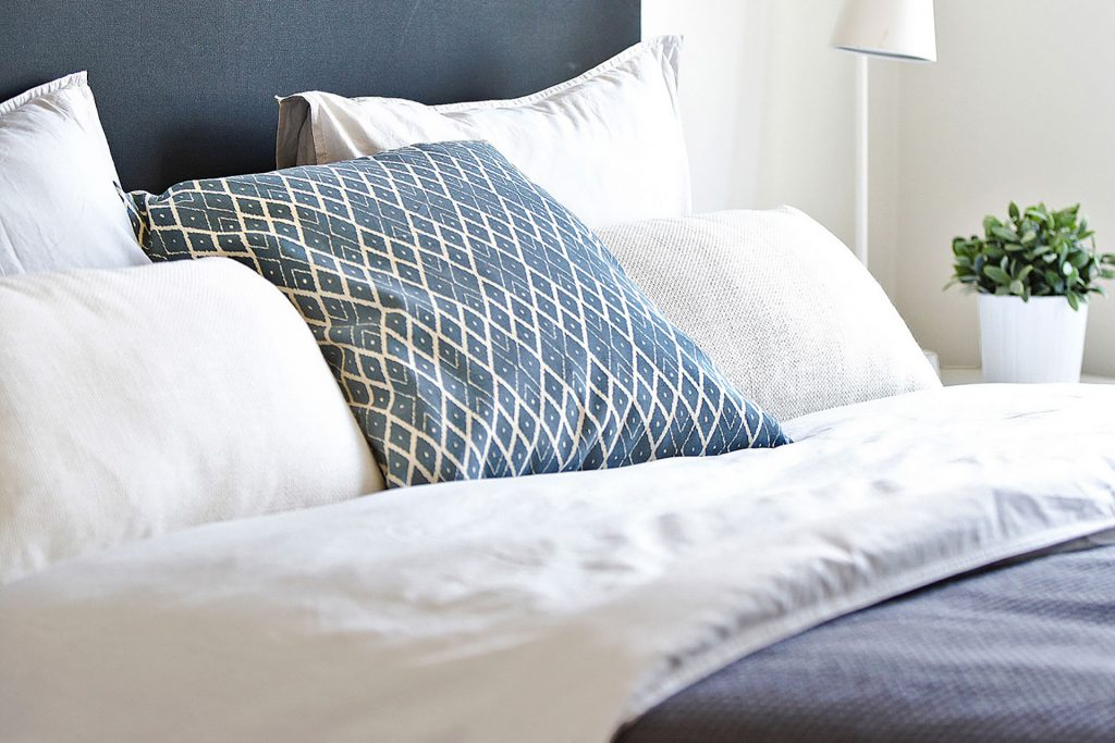 Hotel Mattsin ylellinen ja mukava sänky hotellihuoneessa Espoossa.
