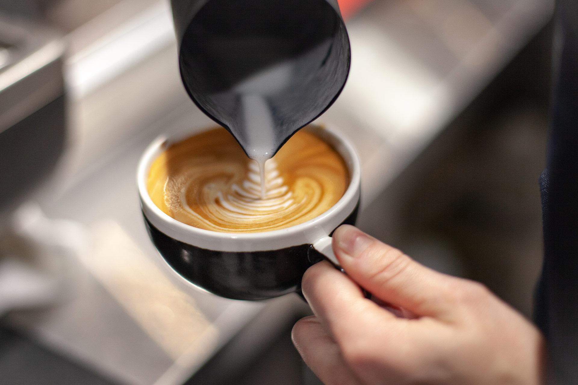 Hotel Mattsin aulabaarista saa pintä makeaa ja suolaista sekä juomia, kuten kahvia vuorokauden ympäri.
