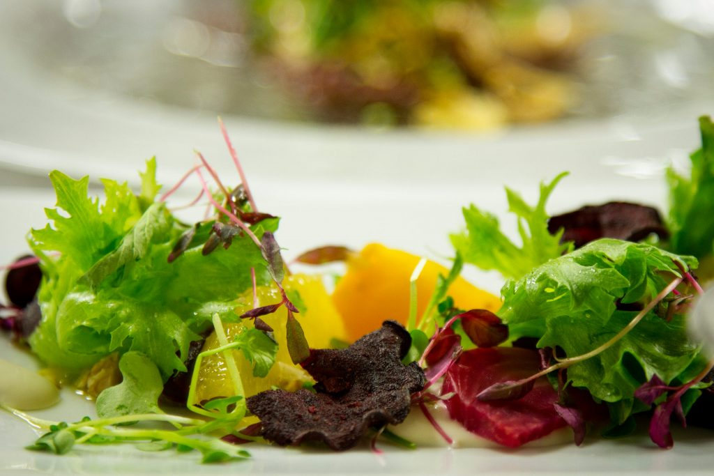 Raikas salaattiannos osana kokouslounasta Hotel Mattsissa Espoossa.