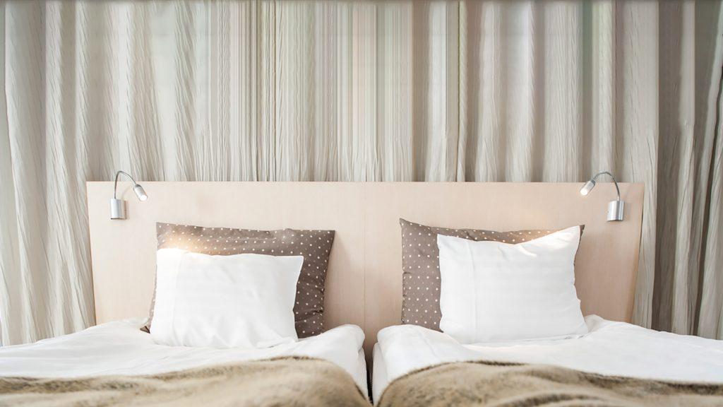 Mukava vuode valoisassa hotellihuoneessa Hotel Mattsissa Espoossa.