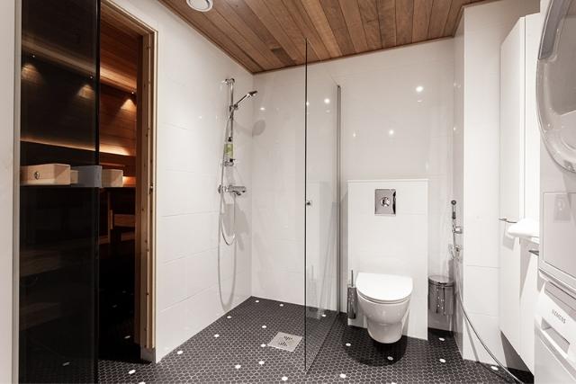 Espoon Matinkylän Hotel Mattsin huoneistohotellin neliön kylpyhuoneessa on oma sauna.