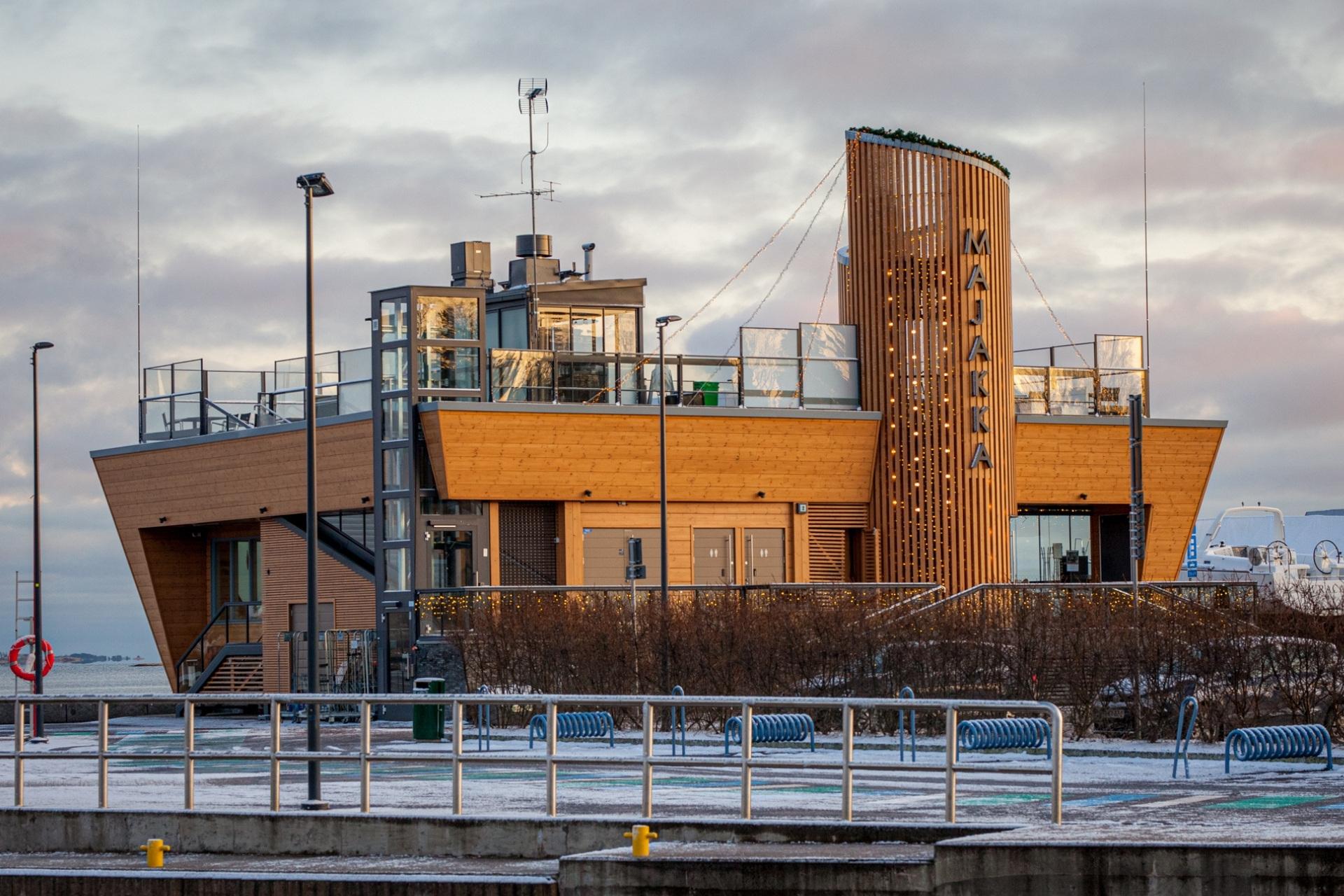 Moderni rantakahvila Nokkalan Majakka sijaitsee Espoon Matinkylässä.