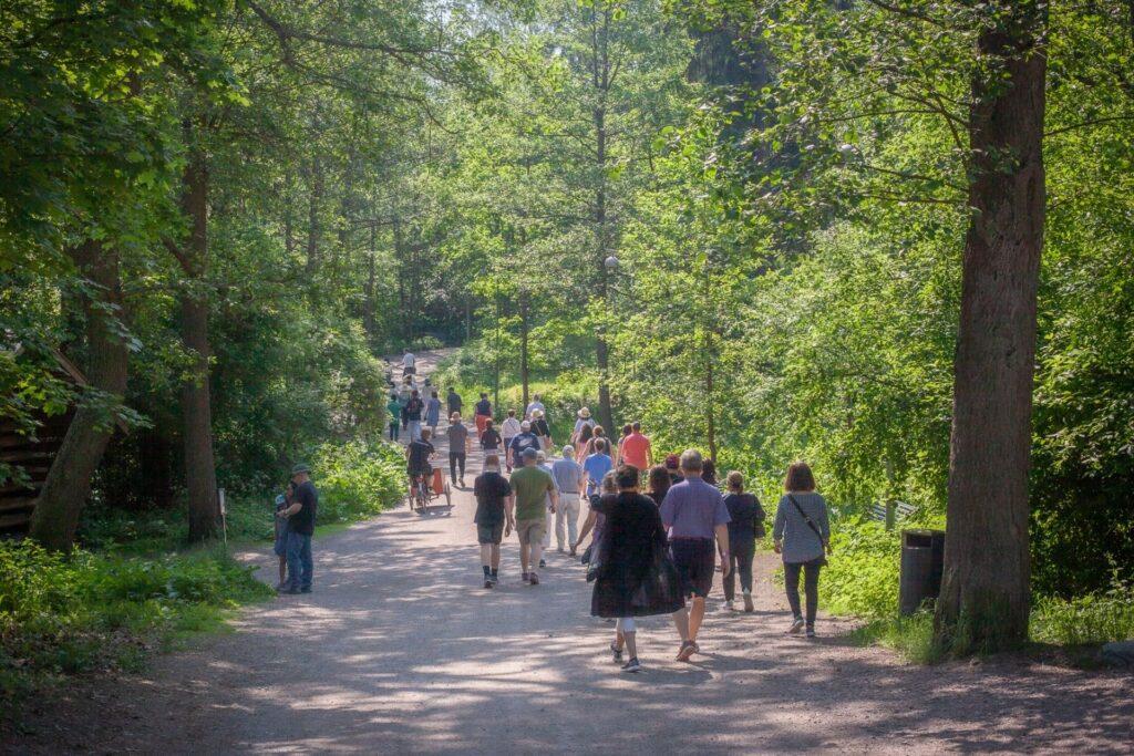 Joukko ihmisiä ulkoilemassa Espoon vehreässä luonnossa.