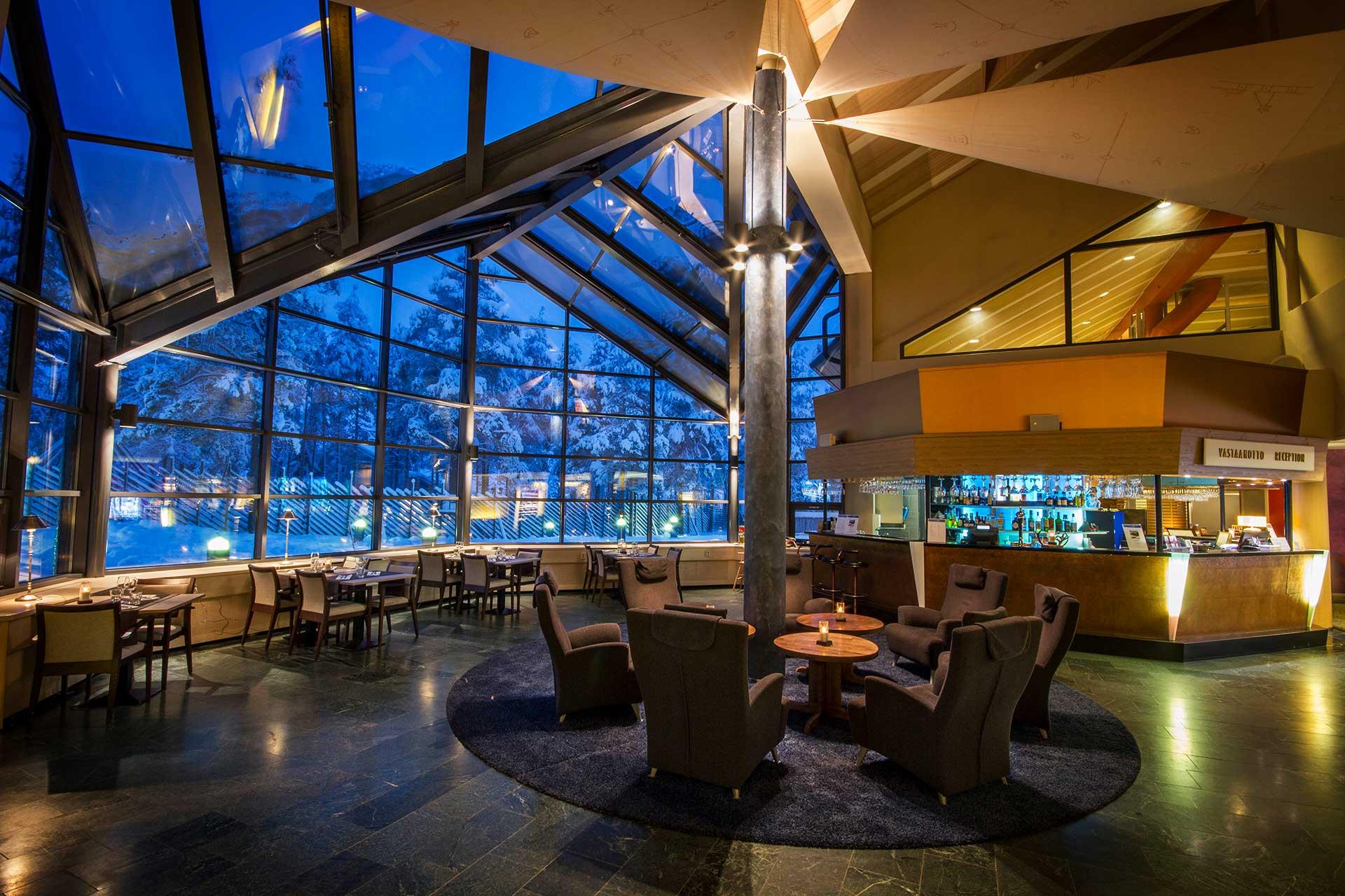 Hotel Mattsin sisarhotellin Hotel K5 Levin avara aula ja baarialua, josta näkymä poroaitaukselle.