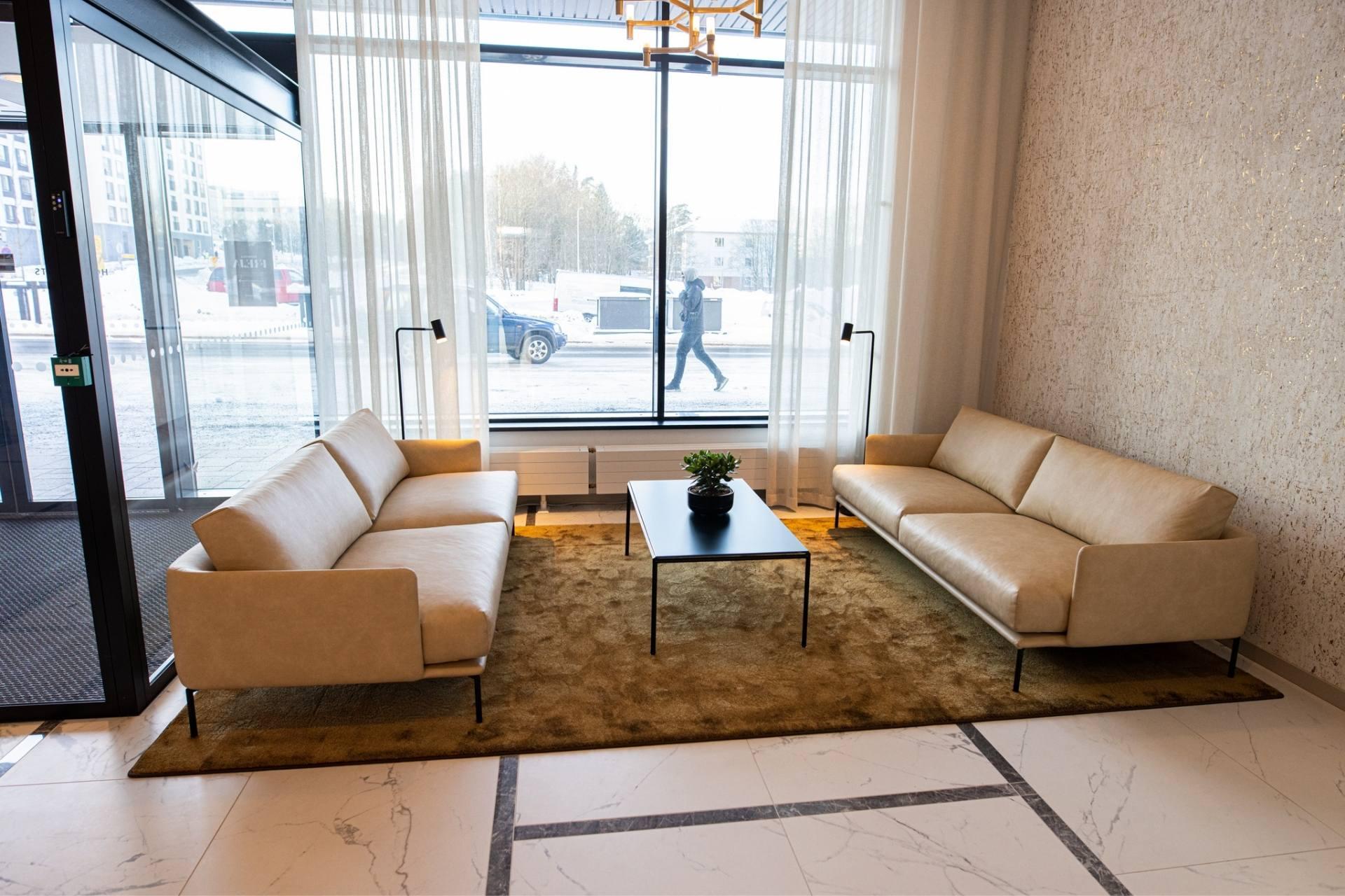 Hotel Mattsin vaaleasävyinen ja viihtyisä vastaanottotila Espoossa