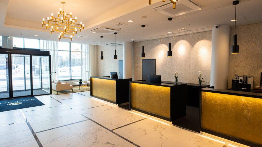 Hotel Mattsin tyylikäs vastaanotto palvelee hotellin katutasossa, osoitteessa Tynnyritie 1, 02230 Espoo.