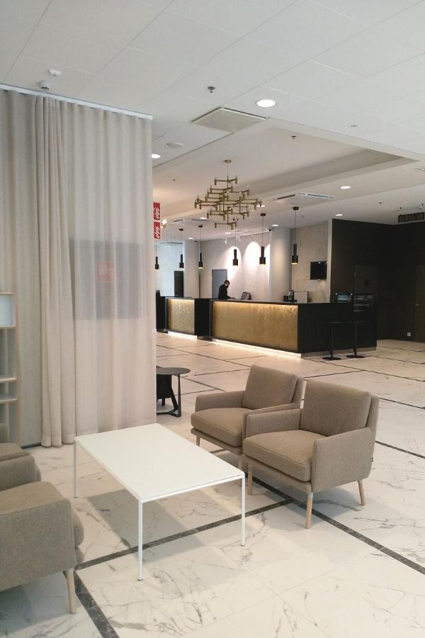 Hotel Mattsin valoisa ja vaaleasävyinen vastaanotto Espoon Matinkylässä.