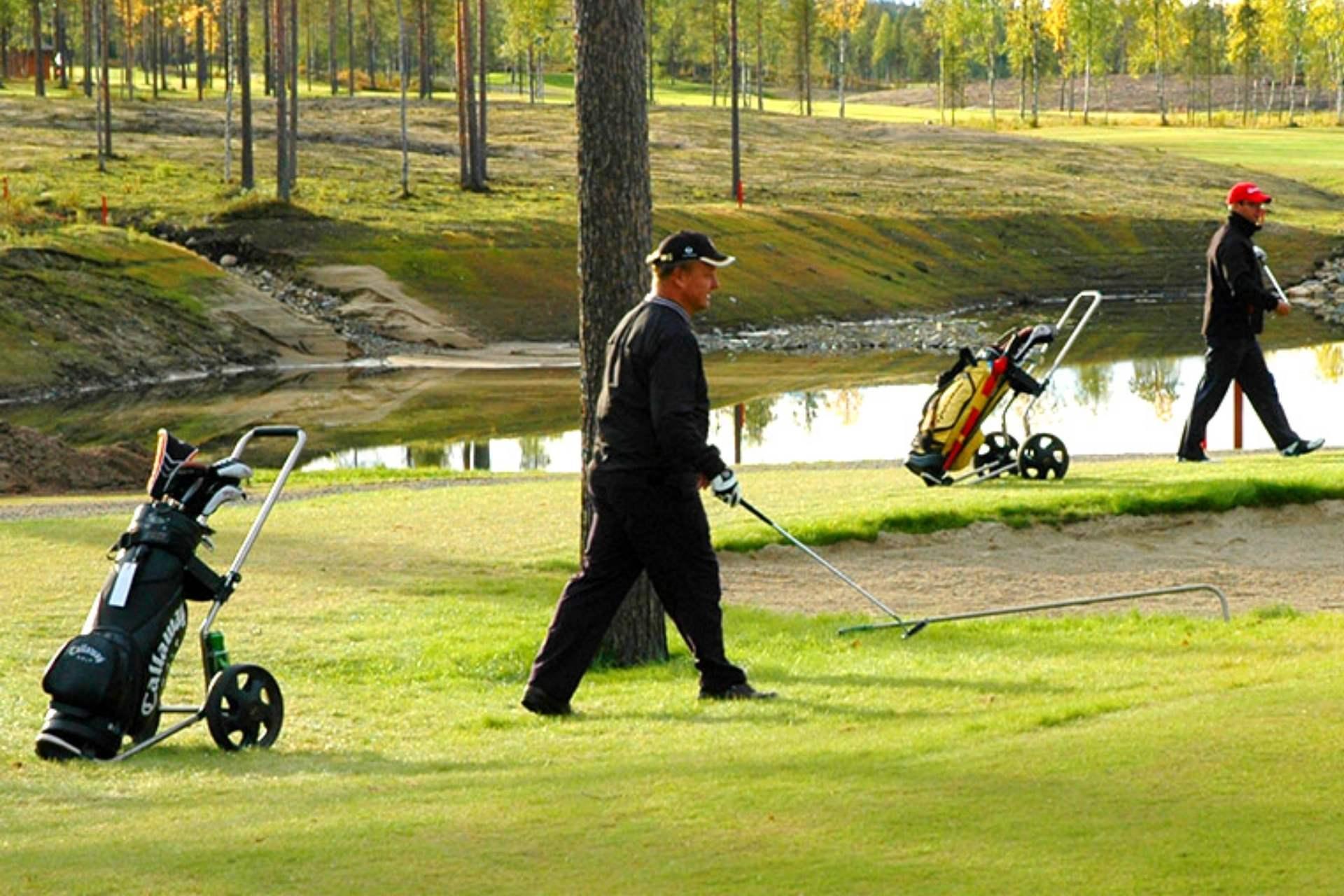 Golfaajia kesäisellä golfkentällä, Espoon Hotel Matts tarjoaa majoitusta golfkenttien läheisyydessä.