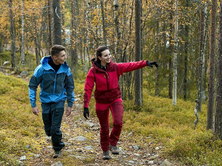 Patikkaretkeilijät Nuuksion kansallispuistossa.