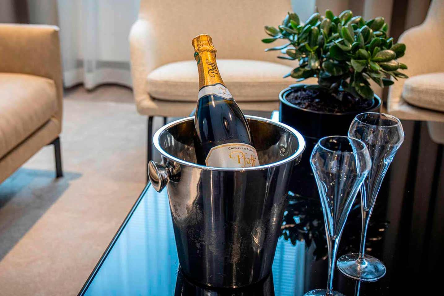 Kuohuviinipullo ja lasit hotelli Hotel Mattsin huoneessa Espoon Matinkylässä.