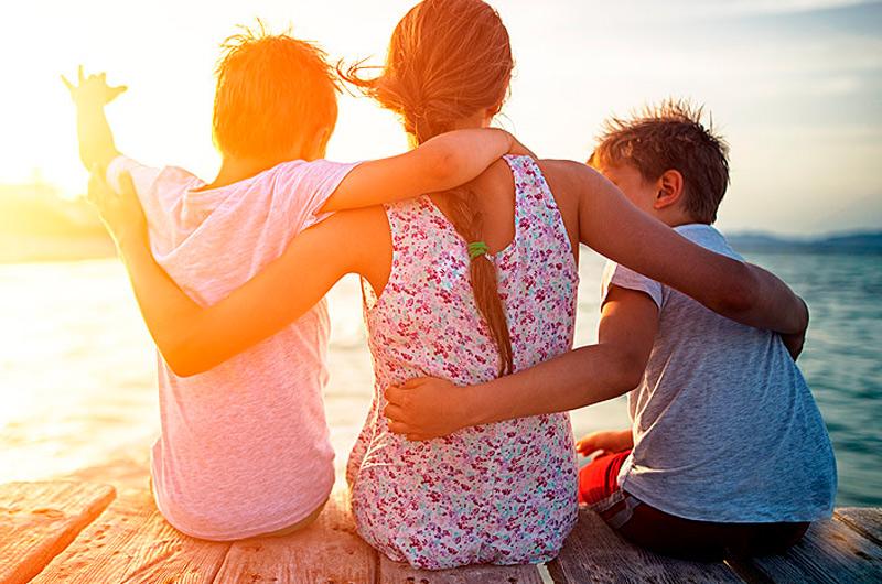 Perhe lomamatkalla merenrannalla Espoossa.
