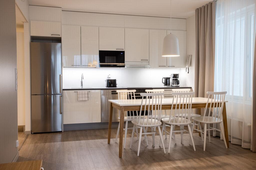 Viihtyisässä kolmiossa on kodikas keittiö huoneistohotelli Hotel Mattsissa Espoossa.
