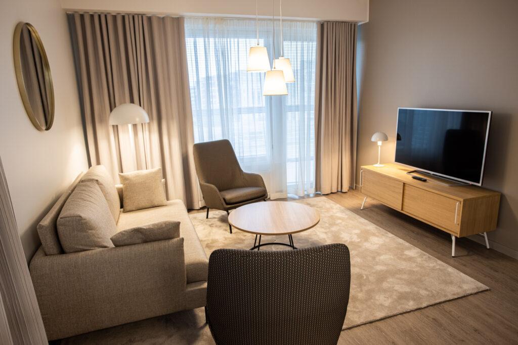 Viihtyisässä kolmiossa on avara olohuone huoneistohotelli Hotel Mattsissa Espoossa.